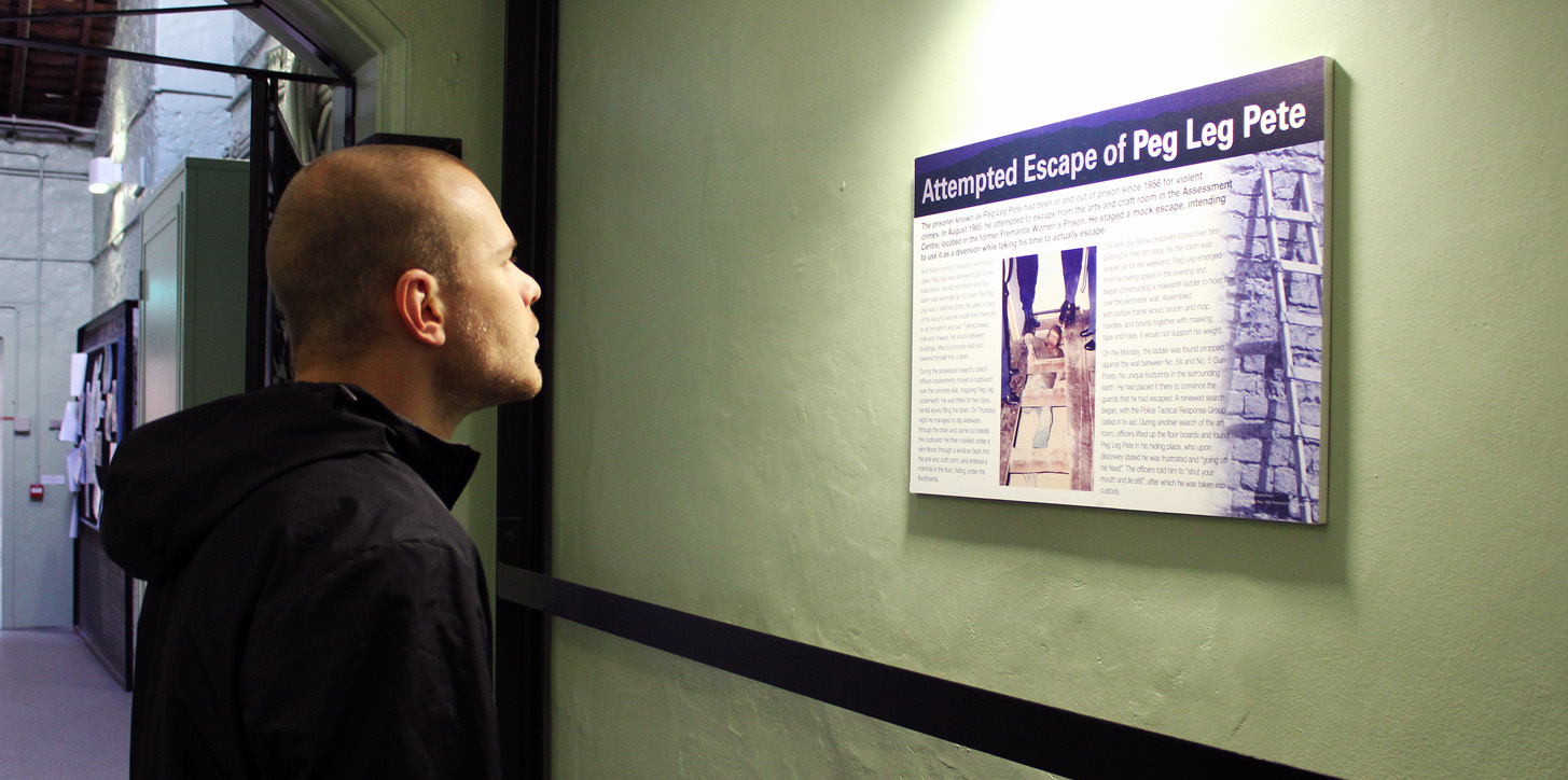 Dans tous les couloirs, des panneaux nous racontent l'histoire de la prison.