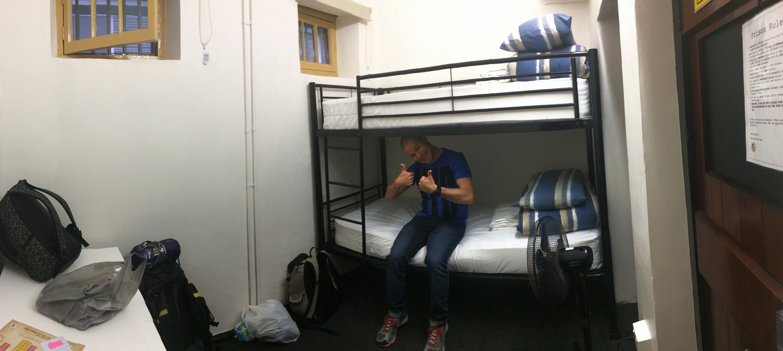 Notre minuscule chambre, située dans deux anciennes cellules.